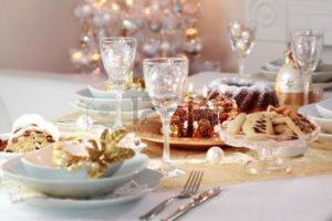 16833840-navidad-decorado-tabla-con-el-rbol-en-fondo